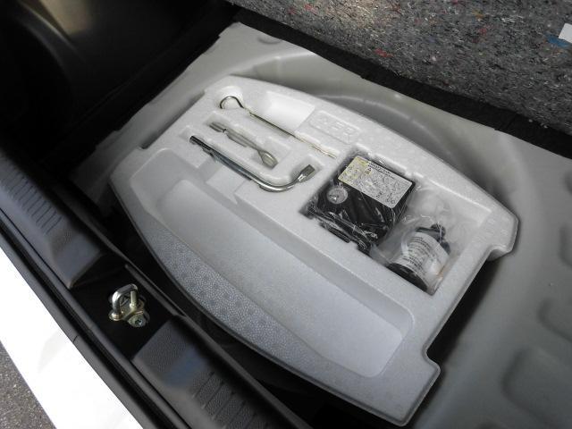 ラゲッジ下部にはスペアタイヤが装備されておりませんが、『パンク修理キット』が収納されています。お困りの際の工具類もあわせて収納。ジャッキはラゲッジ右側カバー内に収納されています。