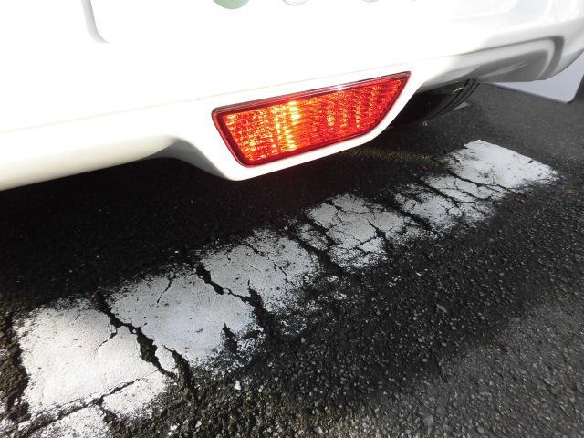 リヤのナンバー下には、濃霧や豪雨などの視界が悪い時に後方車両に自車の位置を知らせる『リヤフォグランプ』を装備しています!!