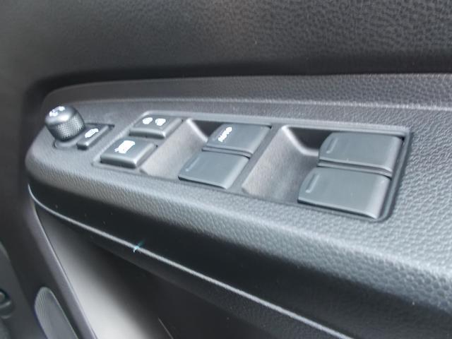 運転席ドアのアームレストにはミラースイッチやウィンドウスイッチが配置されています!!