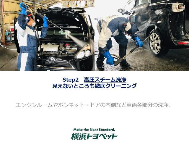 【見えないところも徹底クリーニング】点検の終わった車 両は、エンジンルームをはじめ、下回りやタイヤハウス内 の汚れを取り除きます。