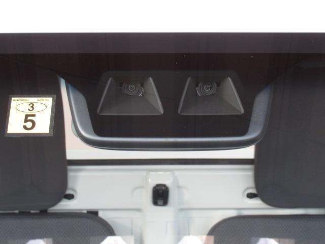 座席の後ろには便利なフックもついています。