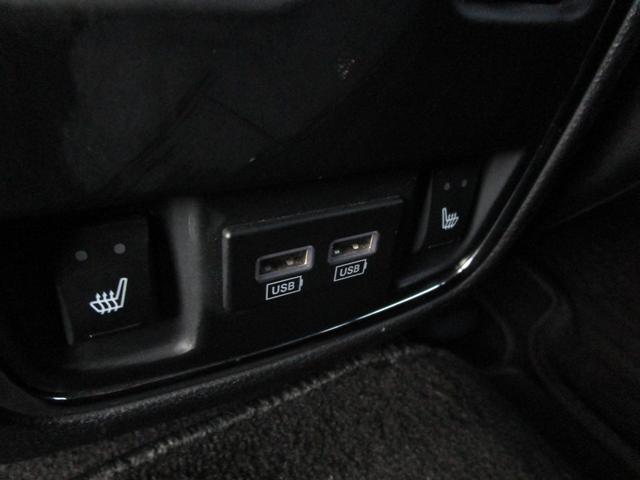 リアシートもヒーター付き。USB端子も2つ付いています。