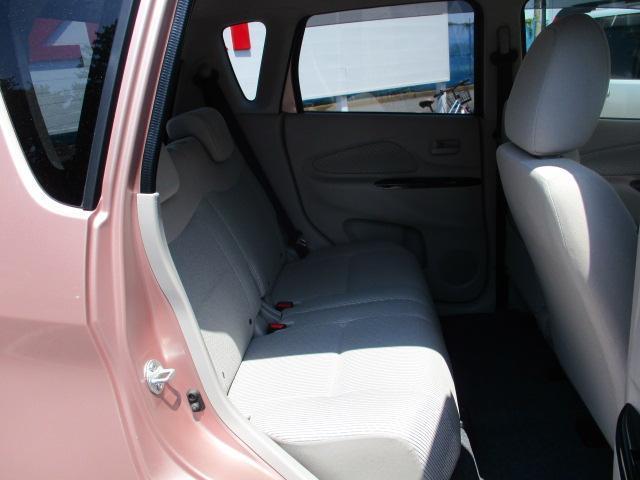後ろの席も充分足が伸ばせる広さがあります。チャイルドシートの取り付けも簡単?