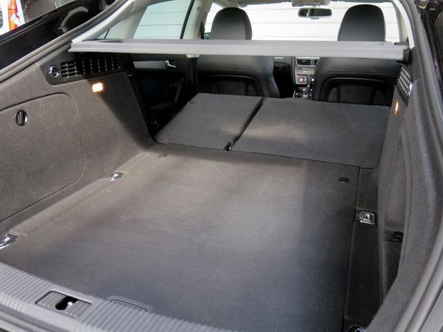 後席を倒すとさらに広々とした荷室スペースが確保できます。