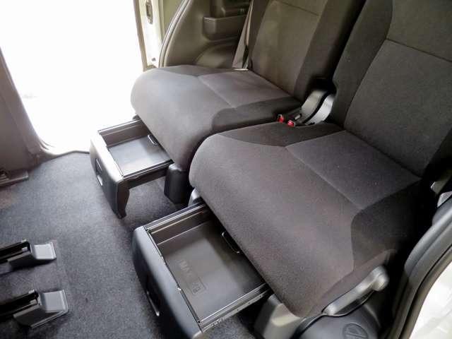荷物に定位置を与える置きラクボックス。シートから落ちるのが心配、足元に荷物を置きたくない。ここに置けばその心配もありません。