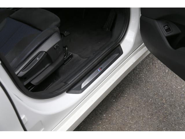 BMWのコックピットは一貫したコンセプトに基づいて設計されています。ドライバーが常に前方に集中できる運転環境を追求しあらゆるスイッチが最も扱いやすい位置に配置されております。