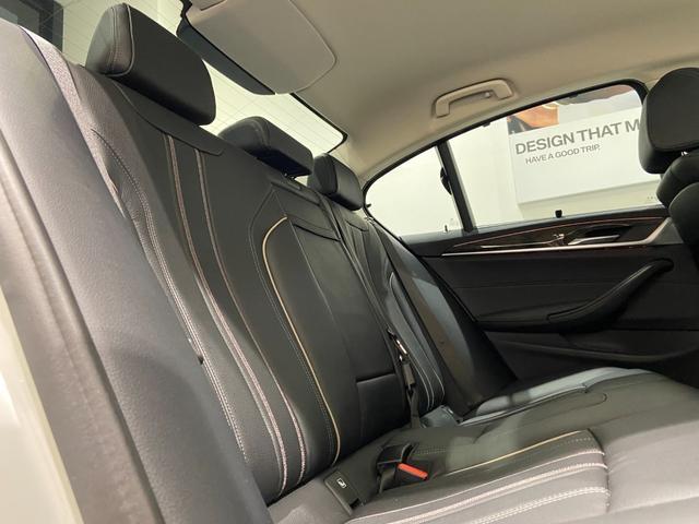 523iラグジュアリー 弊社下取車 1オーナー 禁煙 ブラックレザーシート トップビューカメラ 全方位センサー オートトランク 18インチAW 全席シートヒーター 衝突軽減ブレーキ Bluetooth/USB 前車追従機能(18枚目)