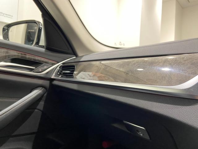 523iラグジュアリー 弊社下取車 1オーナー 禁煙 ブラックレザーシート トップビューカメラ 全方位センサー オートトランク 18インチAW 全席シートヒーター 衝突軽減ブレーキ Bluetooth/USB 前車追従機能(42枚目)