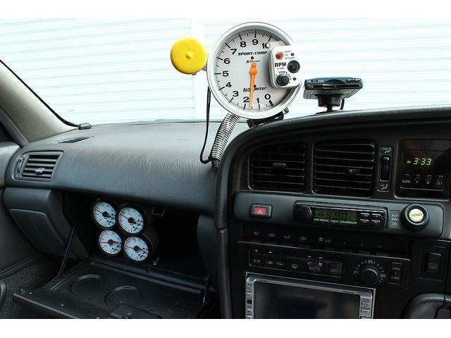 エンジン制御はHKSのFコンIS制御。ブーストコントローラーもHKSのEVCで、ブーストを制御してセッティングされています。