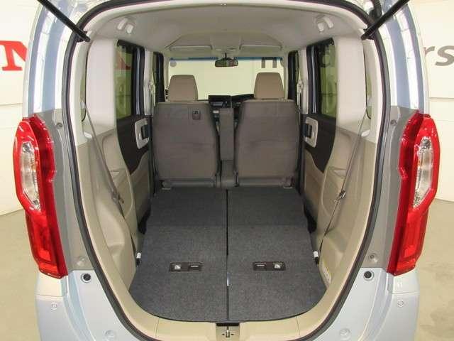 リヤシートを格納するとフラットで広い荷室が出現します。これならコストコやイケア・OKストアーでお買い物!たっぷり運べます!