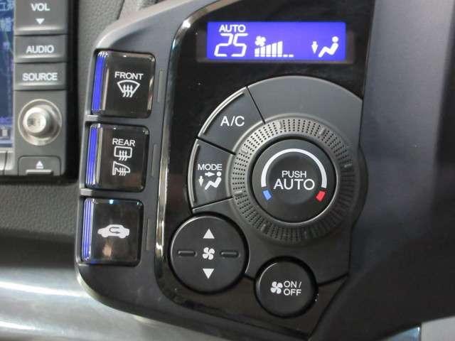 より快適にドライブを過ごして頂ける様に簡単に調整ができるオートエアコンを装備しております!ワンタッチですので女性でも簡単に操作できます!