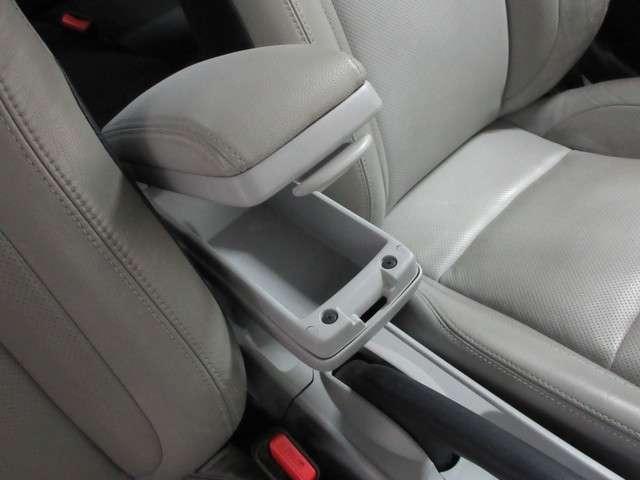 運転席、助手席との間にはコンソールを備えたアームレスト付きです!
