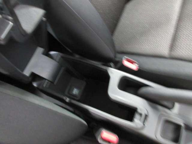 運転席、助手席の中央にはコンソール機能搭載のアームレスト付き!