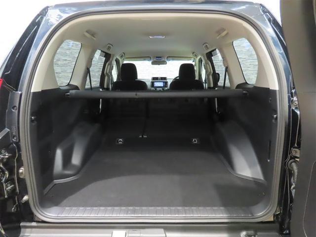 シートを倒せば大きく使えて大変便利なスペースが生まれます。