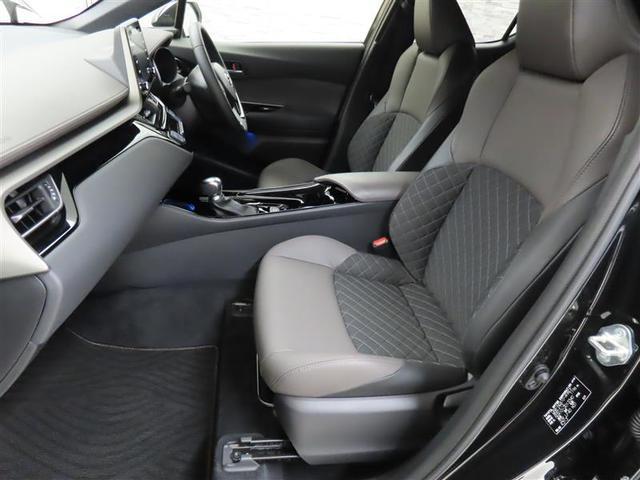 姿勢崩れしづらく、正確なステアリング操作が可能なフロントシート。