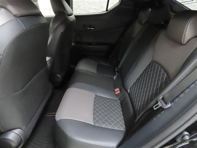 最適なパッド厚を追求した座り心地の良いリヤシート。