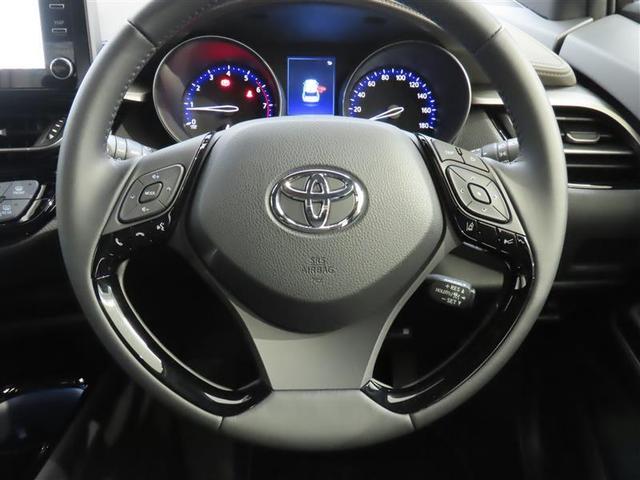 ハンドルを握ったままオーディオ操作が可能なステアリングスイッチ装着車。