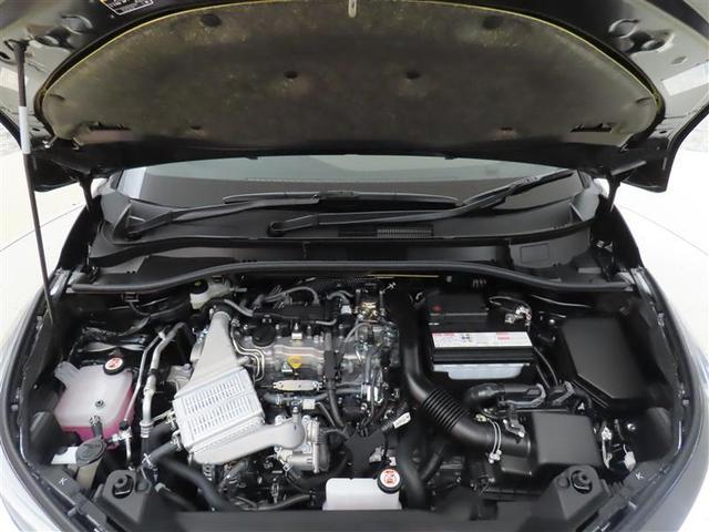 ぎっしり詰まったエンジンルーム。しっかりクリーニングを施してご納車いたします。