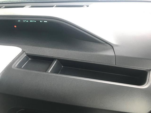 運転席前にちょっとした小物を置いておくスペースがあり、とっても便利ですよ。