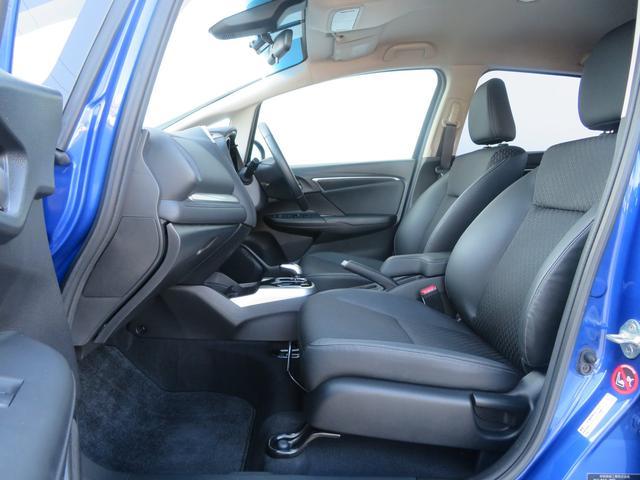 運転席・助手席にはコインケースなどの収納スペースがあります。