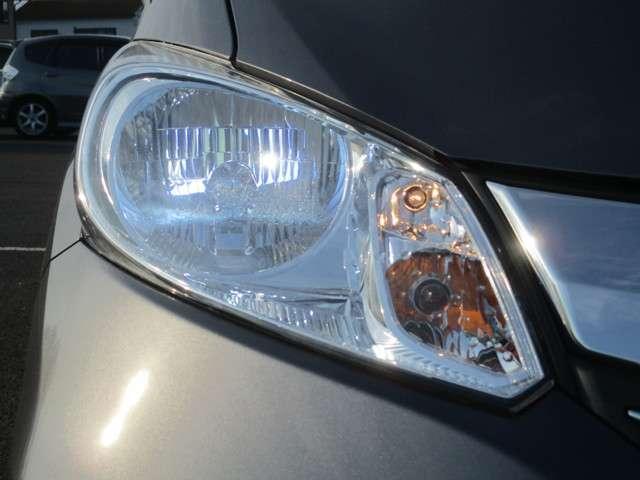 HIDヘッドライト!夜道や雨天時の安心感を高めます!照射軸の上下方向を自動調整するオートレベリング機構、周囲の明るさに応じて自動点灯/消灯するオートライトコントロール機構付きです!フォグライトも装備♪