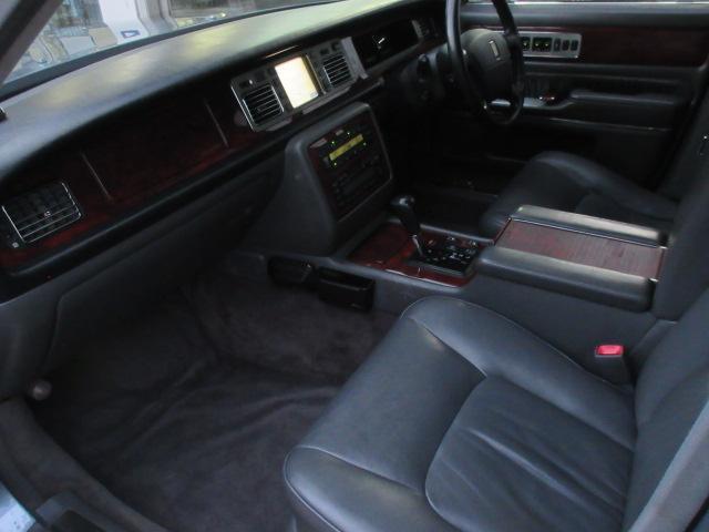 前席はしっかりとした広さを確保しています♪センチュリーは後席に座る方の車だと思われがちですが、助手席の方もしっかりとリラックスしていただける車両です♪