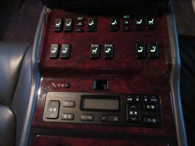 後席センターアームレストには各スイッチが♪これらのスイッチで、後席のシート位置、助手席のシート位置の調整、オーディオの操作が可能となります♪
