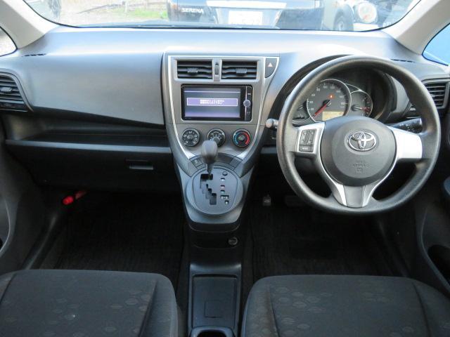 清潔感のある車内♪シフトはインパネシフトなので足元も広々となります♪純正ナビ付きです♪装備が充実した1台なのでぜひ見にいらして下さいね♪