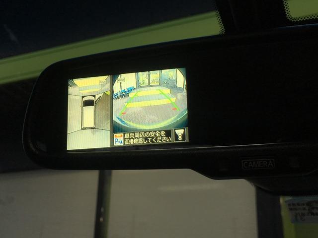 アラウンドビューモニターです!各部に設置されたカメラの映像を合成し、まるで上空から車を見ているような映像を映し出します!駐車も縦列も安心ですね^^