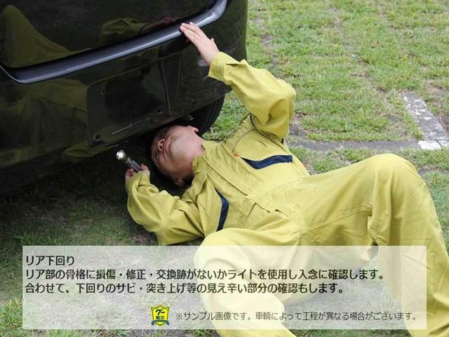 【グー鑑定実施車両】リア部の骨格に損傷・修正・交換跡がないかライトを使用し入念に確認します。合わせて、下回りのサビ・突き上げ等見え辛い部分の確認もします。