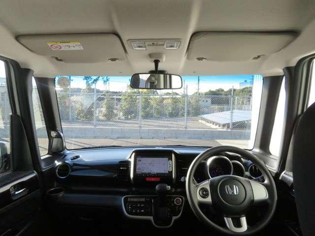 運転席助手席周りも広々としていて長時間のドライブにも最適です。