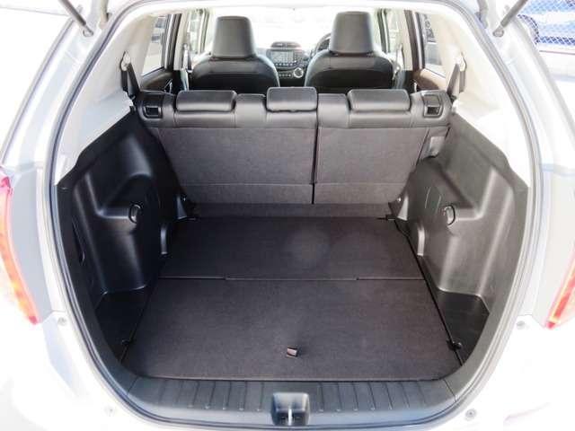 後席ゆったり、荷室しっかり、くつろぎと使い勝手にあふれる広さ。広々とした視界が、運転にゆとりを広げます。
