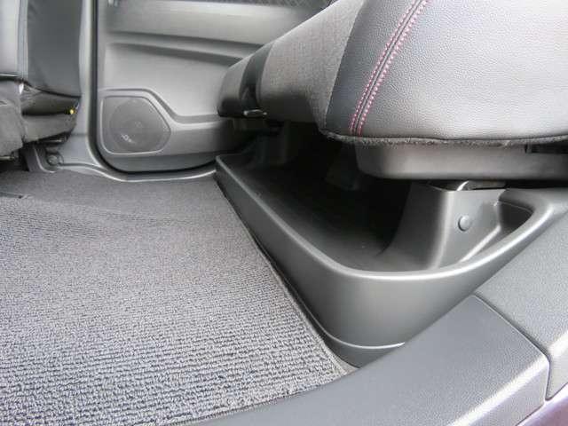 2列目シートは靴や傘などを収納可能なスペースがあります。