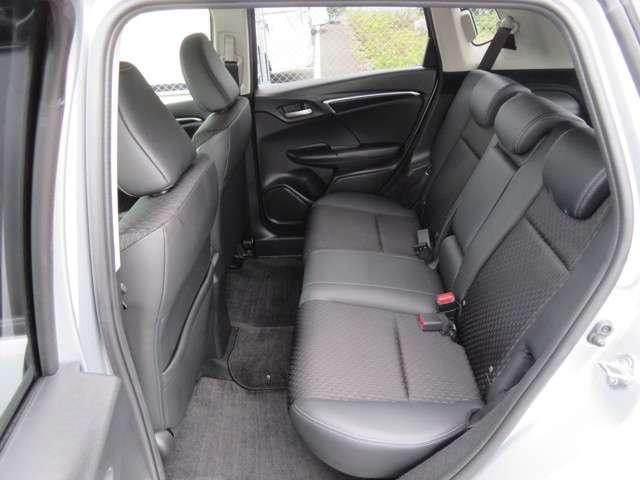 ゆったりとした大きめのシートは、タッチもやわらかく。質感高く。