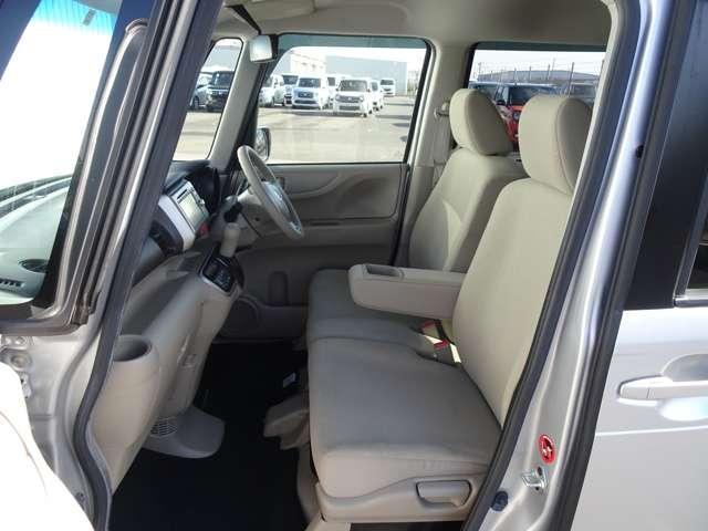 広々としたベンチシート、センターにアームレストも付いているので長時間のドライブでも疲れを和らげます。