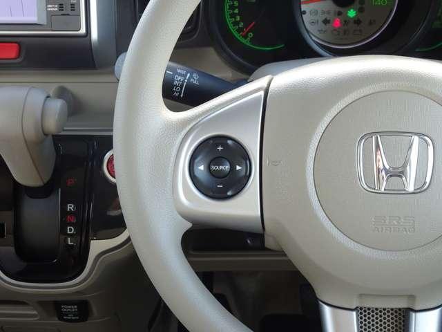 運転に集中しながらオーディオの操作ができる、ステアリングリモコンも装備されてます。