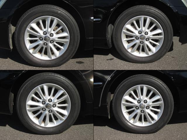 純正アルミホイールが装着されています。タイヤブランドは、ヨコハマです。タイヤサイズは、215/60R16です。残り溝はフロントが5mm、リアが5mmです。少しタイヤにヒビ割れがあります。