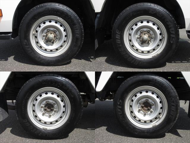 純正鉄ホイールが装着されています。タイヤブランドは、ブリヂストンです。タイヤサイズは、195/75R15 109/107Lです。残り溝はフロントが5mm、リアが5mmです。