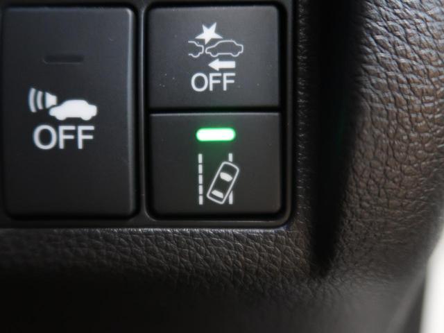 【LAKS】 車輌が車線の中央に沿って走行できるように、高速道路などでのステアリング操作を支援し、運転負荷軽減を図ります。
