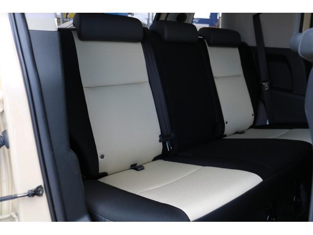 後部座席もご覧の通り使用感もなく綺麗な状態を維持しております!