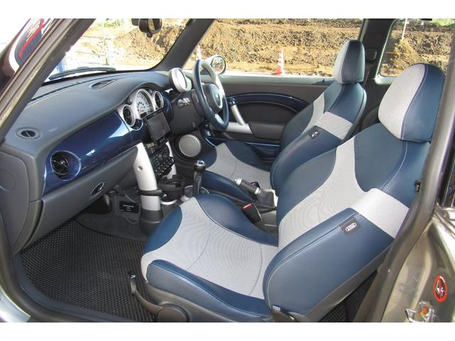 特別仕様車チェックメイトは、スペースブルー」を使ったファブリックレザーシートが特徴的です。またドアシル部分にはモデル名でもあるチェッカーフラッグが奢られる。