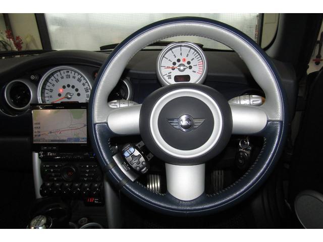 特別仕様車チェックメイト専用3本スポーク スポーツレザーステアリング。 スペースブルーとのコンビ色がとてもお洒落です! 使用頻度が高いステアリングですが、擦れもほぼ見られません。