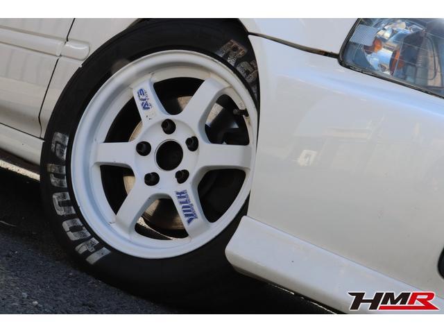 フロントはホワイトのTE37です。タイヤサイズは205になり、フロントのみSタイヤを履いています。
