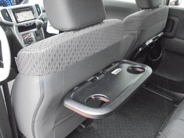 [パーソナルテーブル]運転席と助手席のシートバックに折り畳み式のテーブル!各テーブルにドリンクホルダーとショッピングフックが二つずつ付いています☆ドライブの合間のスナックタイムにご利用下さい^^