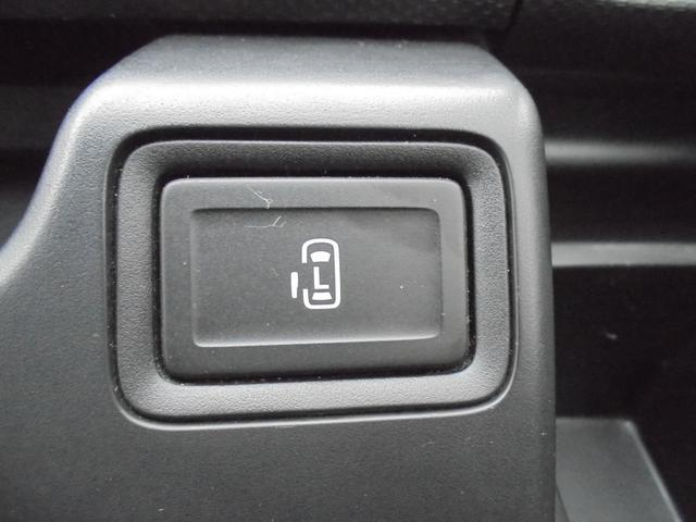 運転席よりパワースライドドアの操作がワンタッチで可能です