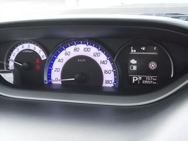 センターメーターです☆運転席正面にメーターがないので前方視界が広がって運転がしやすいですよ☆メーターも自発光式で見やすい!