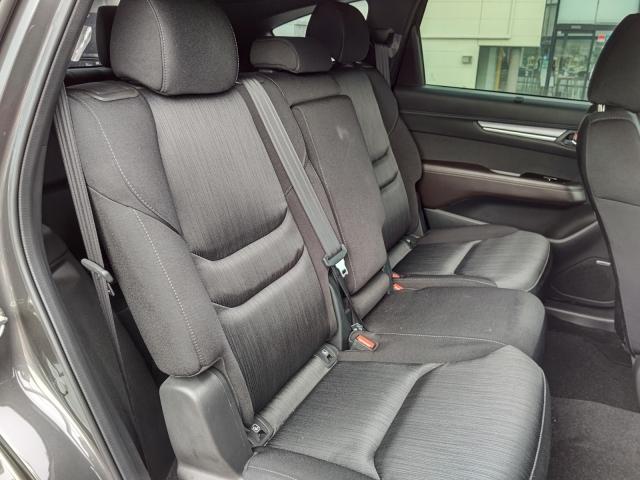 膝から前席シートバックまでの空間や足元の空間を大きく確保!クッションの厚みと座面長を大きくして座った際のソフトな感触を高め、伸びやかで快適な乗り心地を実現!!
