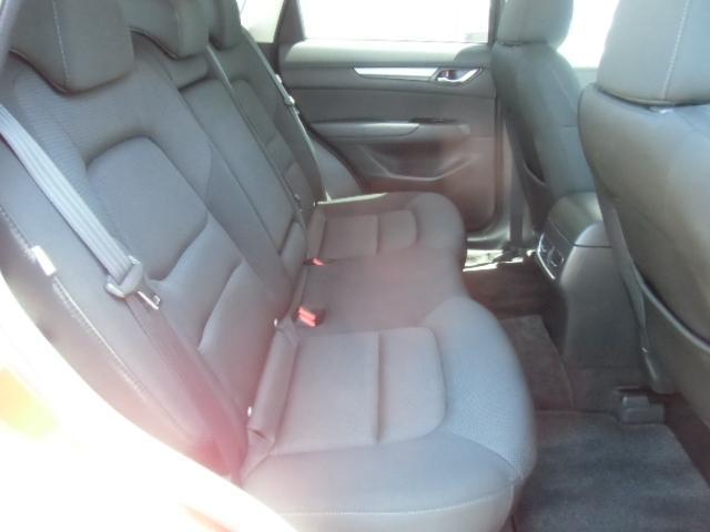 リアシートも座り心地が良く、体に沿ってシートがしなやかにたわむ構造になっているので、ロングドライブも快適です☆