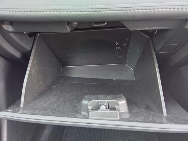 助手席側のグロ-ブボックスは収納スペ-スがタップリありますョ!!
