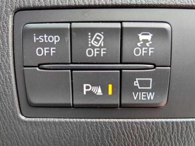 フロントガラス上面のカメラで車線を認識し、車両が車線を踏み越えそうであると判断すると、メーターからのブザー音でドライバーに警告します!